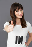 Camiseta que lleva del partidario de la mujer joven impresa con EN lema fotos de archivo