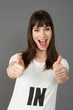Camiseta que lleva del partidario de la mujer joven impresa con EN lema imagen de archivo libre de regalías