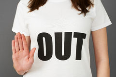 Camiseta que lleva del partidario de la mujer joven impresa con HACIA FUERA lema foto de archivo libre de regalías