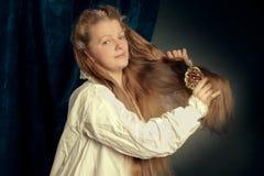 Camiseta vestindo da menina loura longa bonita do cabelo fotografia de stock royalty free