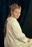 Camiseta vestindo da menina loura longa bonita do cabelo fotos de stock royalty free