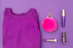 Camiseta y accesorios púrpuras en un fondo ultravioleta Foto de archivo libre de regalías