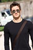 Camiseta y gafas de sol frescas del llano del hombre del modelo de moda Imagen de archivo libre de regalías