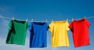 Camisetas coloreadas primarias Fotos de archivo libres de regalías