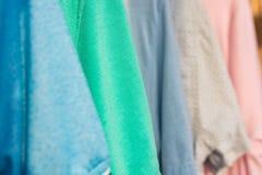 Camisetas coloridas en suspensiones fotografía de archivo libre de regalías