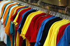 Camisetas coloridas en un estante Imagenes de archivo