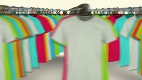 Camisetas coloridas que cuelgan en un estante