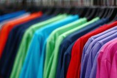 Camisetas de las compras Foto de archivo