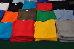 Camisetas dobladas imágenes de archivo libres de regalías