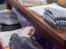 Camisetas en un estante de la ropa fotografía de archivo libre de regalías