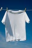 Camisetas en una cuerda para tender la ropa Imagen de archivo libre de regalías