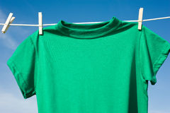 Camisetas en una cuerda para tender la ropa Foto de archivo libre de regalías