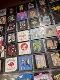 Camisetas que ofrecen a Rick y Morty, Scooby Doo, Power Rangers, y Wu Tang Clan para la venta en la chaqueta de punto imágenes de archivo libres de regalías