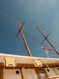Camisetas que se secan en un barco de vela Foto de archivo libre de regalías