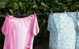 Camisones en cuerda para tender la ropa Imágenes de archivo libres de regalías