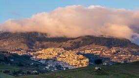 Cammarata, Sicília, Itália sob a nebulosidade Fotos de Stock Royalty Free