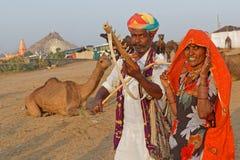 Cammello Pushkar giusto ed una coppia di musicisti indiani Immagini Stock