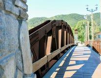 Cammina il ponte d'acciaio fotografie stock
