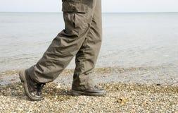 Camminando accanto al mare Fotografie Stock Libere da Diritti