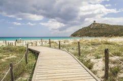 Camminando ad una spiaggia nel sud-est della Sardegna Italia immagini stock