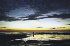 Camminando all'alba Fotografia Stock