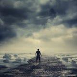 Camminando all'indicatore luminoso Fotografia Stock Libera da Diritti