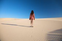 Camminando all'orizzonte della sabbia Immagine Stock Libera da Diritti