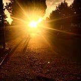 Camminando alla mattina con una bella alba fotografie stock libere da diritti