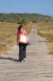 Camminando alla spiaggia Immagini Stock
