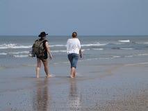 Camminando alla spiaggia Fotografia Stock
