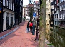 Camminando a Amsterdam immagine stock