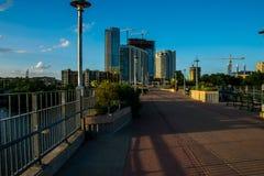 Camminando attraverso il ponte pedonale Austin Texas Fotografie Stock
