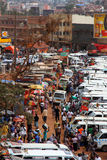 Camminando attraverso Kampala Taxi Park Fotografia Stock