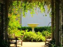 Camminando attraverso l'arco del traliccio nel giardino Fotografie Stock