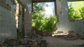 Camminando attraverso la costruzione terrificante abbandonata dell'esercito dell'URSS video d archivio