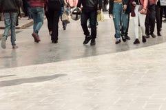 Camminando attraverso la folla della via Una folla della via del passaggio pedonale nella città, la gente che cammina nella via G immagini stock libere da diritti