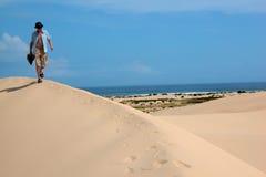 Camminando attraverso le dune di sabbia Immagine Stock