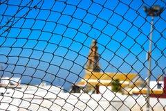 Camminando a Carmona Chiesa dietro il recinto di filo metallico immagine stock