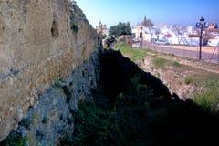 Camminando a Carmona Una parete romana del aold immagine stock libera da diritti