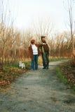 Camminando con un cane in un percorso Immagine Stock