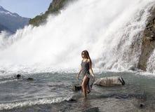 Camminando dalla cascata Fotografie Stock Libere da Diritti