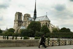 Camminando davanti a Notre Dame Fotografia Stock Libera da Diritti