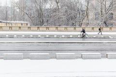 Camminando e ciclare nella neve fotografie stock libere da diritti