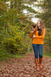 Camminando e sorridere con il cane Immagine Stock