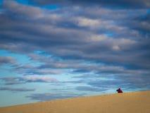 Camminando fra le dune di sabbia Fotografia Stock