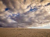 Camminando fra le dune di sabbia Immagine Stock Libera da Diritti
