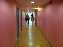 Camminando giù il corridoio Fotografie Stock