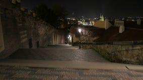 Camminando giù le scale del castello di Praga alla notte archivi video