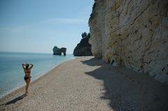 Camminando giù una spiaggia in Italia del sud Immagini Stock Libere da Diritti