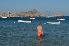 Camminando il mar Mediterraneo in Grecia Fotografia Stock Libera da Diritti